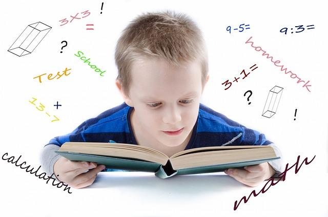 malý kluk nad knihou