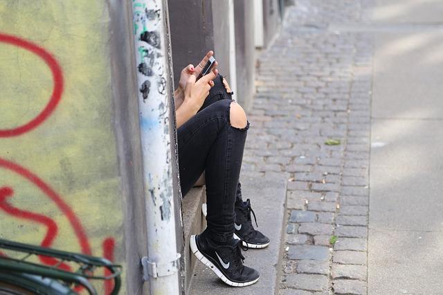 dívka píše sms
