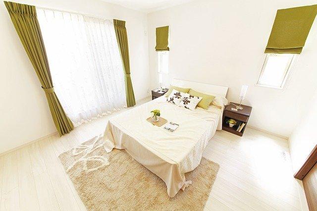 uklizená moderní ložnice
