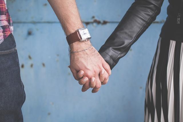 držení se za ruce, muž, žena, hodinky