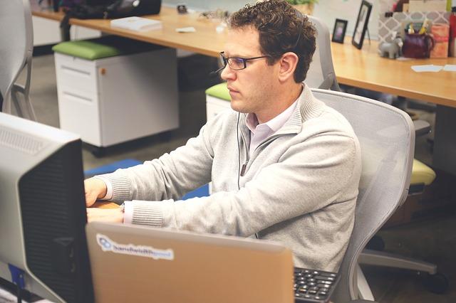 muž, kancelář, počítače
