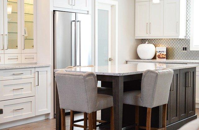 kuchyně s nerez lednicí
