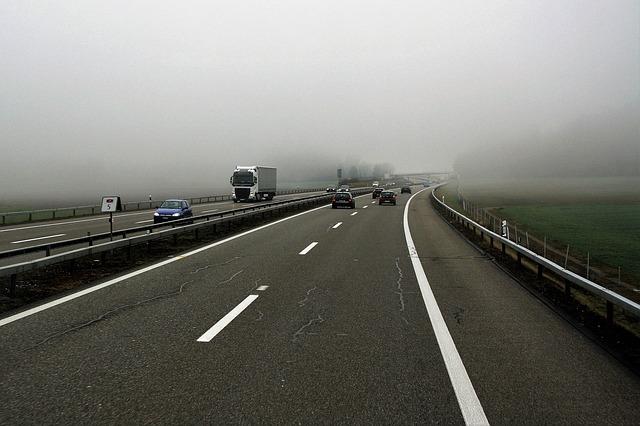 mlha nad dálnicí