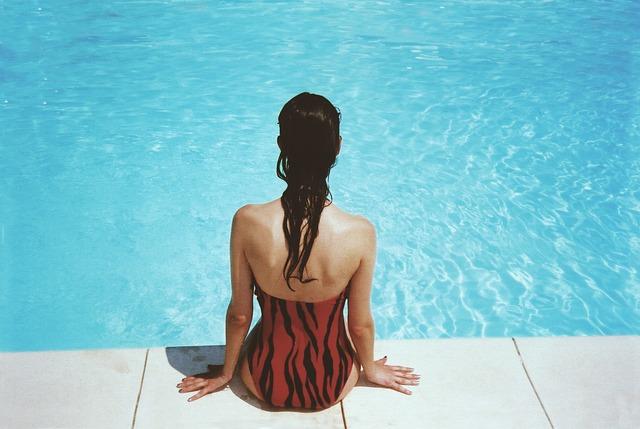 sedící dívka u bazénu