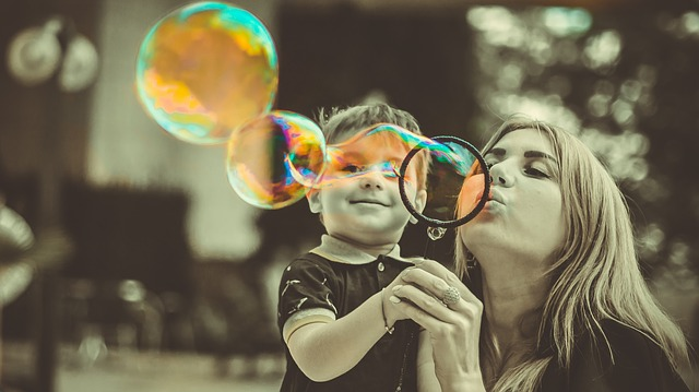 syn a matka s bublinami