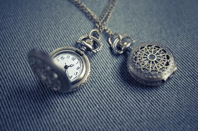 dvoje kapesní hodinky