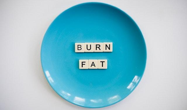 burn fat – nápis na modrém talíři