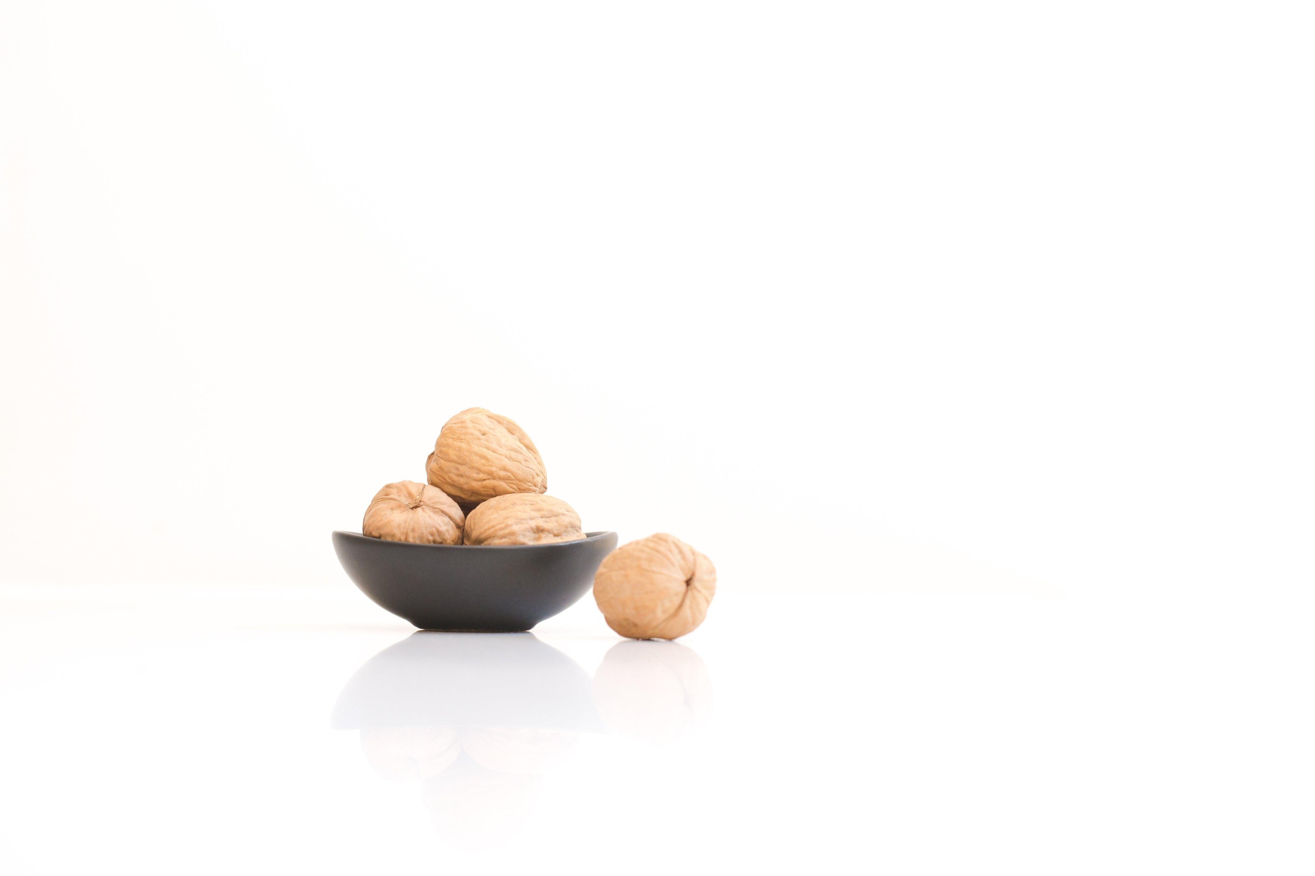 černá miska s vlašskými ořechy
