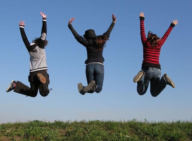 tři skákající dívky
