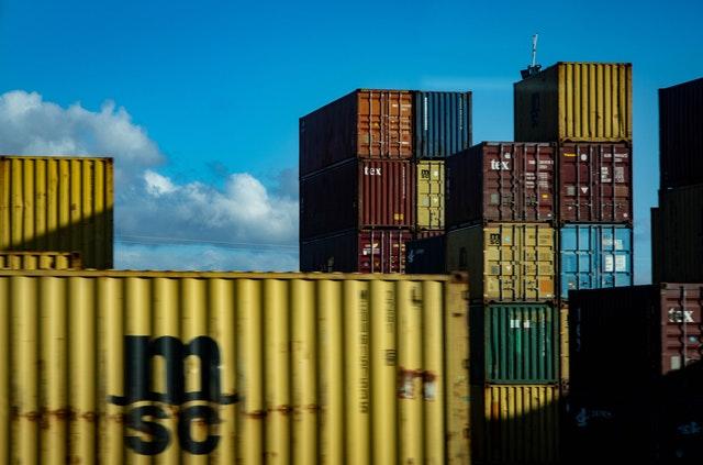 velké nákladní kontejnery