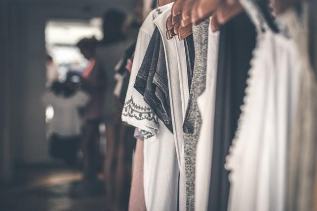 oblečení na ramínkách